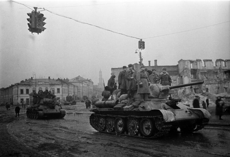Советские танки Т-34-76 на Московском проспекте освобожденного Харькова