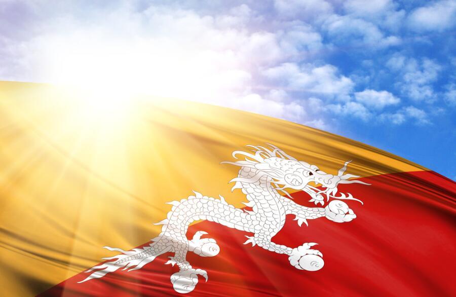 Флаг Бутана на фоне неба