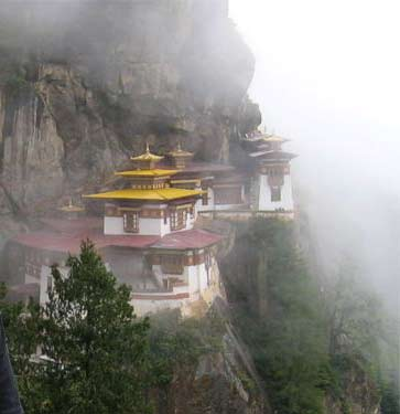 Монастырь Такцанг-лакханг («гнездо тигрицы»), в котором расположены основные пещеры медитации Падмасамбхавы, около Паро