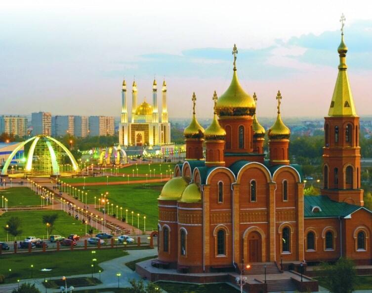 г.Актобе, мечеть и церковь, между ними аллея дружбы