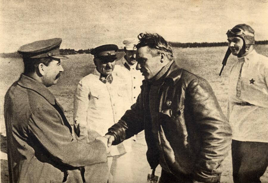 Сталин, Ворошилов, Каганович, Чкалов и Беляков. Встреча после перелёта на Дальний Восток. Щёлковский аэродром, 10 августа 1936 г.