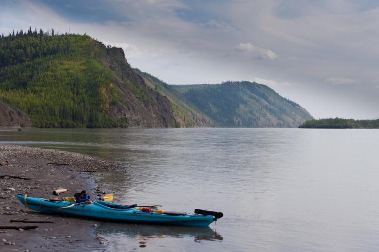 Каяк на берегу реки Юкон, Канада