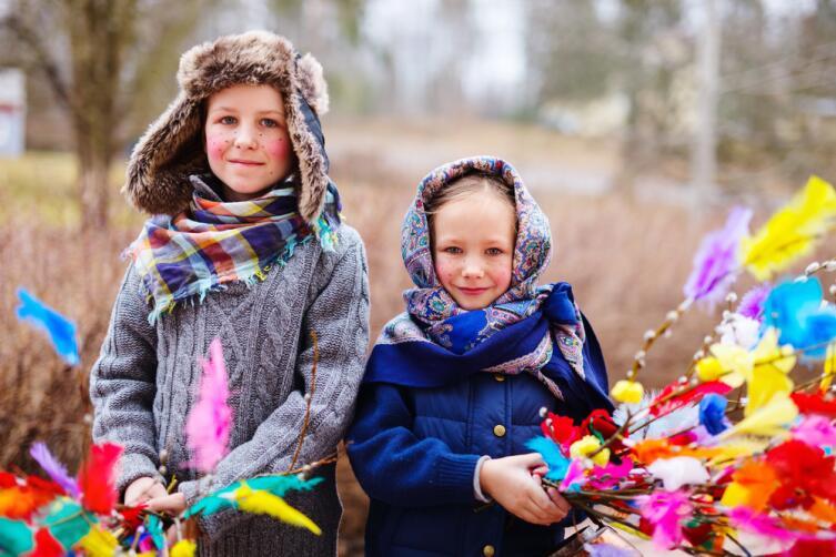 Юные жители Финляндии празднующие Пасху