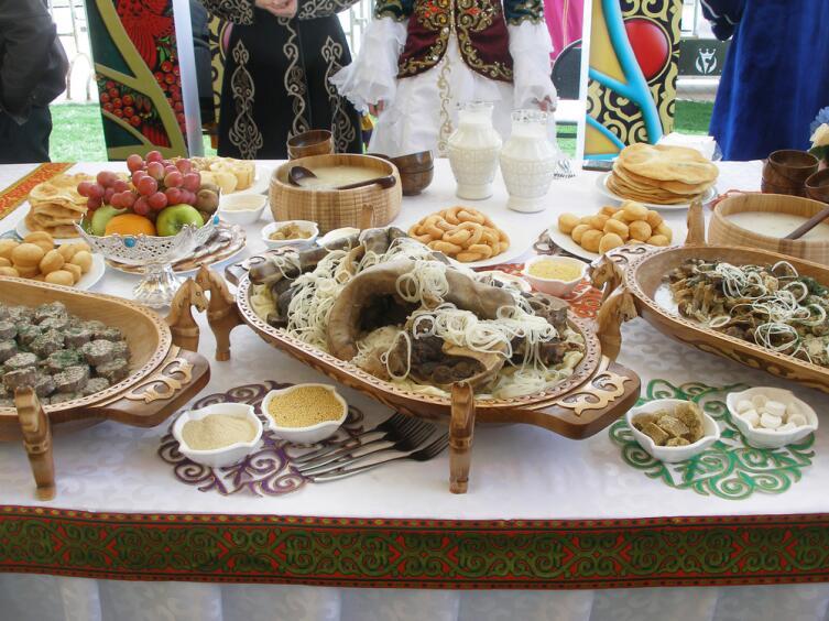 Казахские национальные блюда на праздничном столе