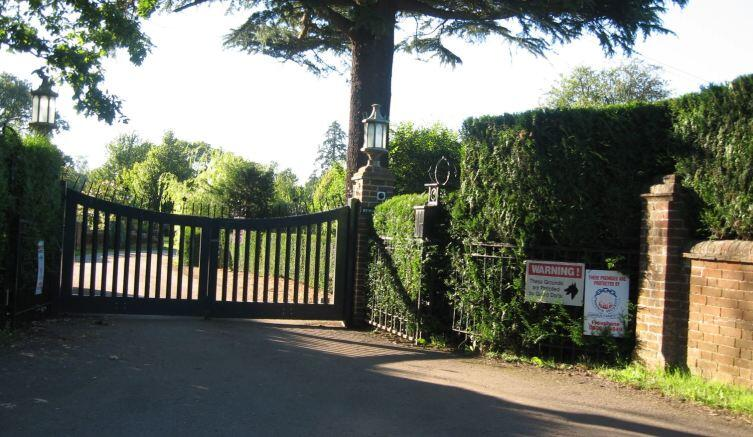Ворота в поместье Ринго Старра