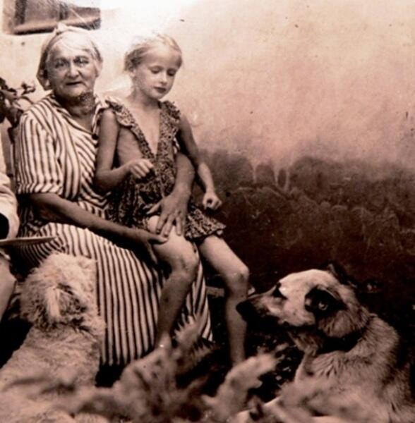 Бабушка Нина Ивановна с внучкой Вероникой. Слева внизу пудель Тяпа и справа восточно-европейская овчарка Ирма