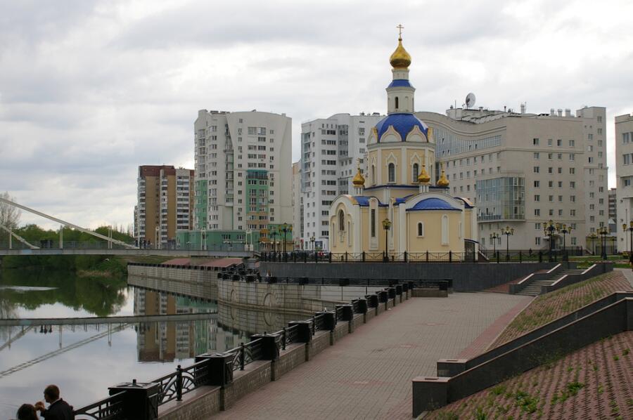 Университетская набережная, кампус и церковь Архангела Гавриила в Белгороде