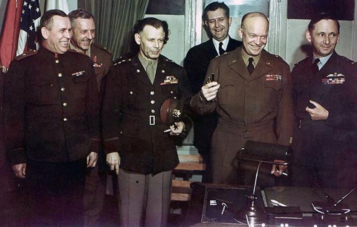 После подписания капитуляции. В первом ряду: Суслопаров, Смит, Эйзенхауэр, маршал авиации Королевских ВВС Артур Теддер (зам. Эйзенхауэра)