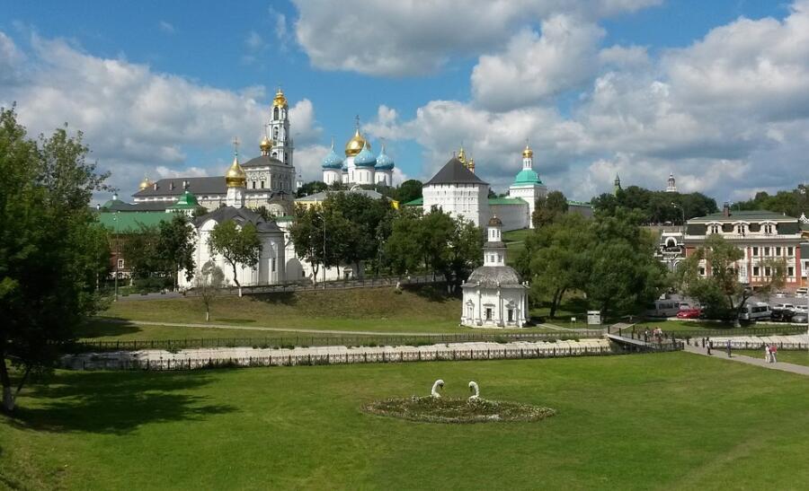Свято-Троицкая Сергиева лавра — крупнейший мужской монастырь Русской православной церкви