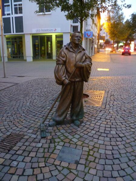 Памятник дворнику в Германии