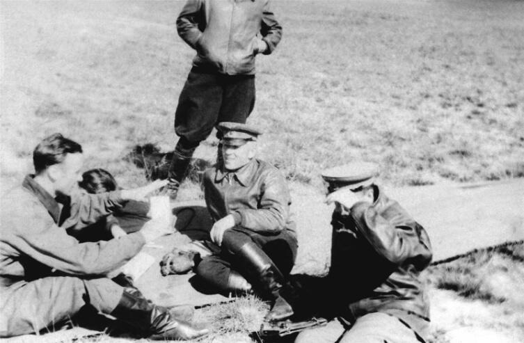 Командир 102-го гвардейского истребительного авиаполка гвардии майор А.Г. Пронин обсуждает что-то с сослуживцами на летном поле аэродрома Левашово