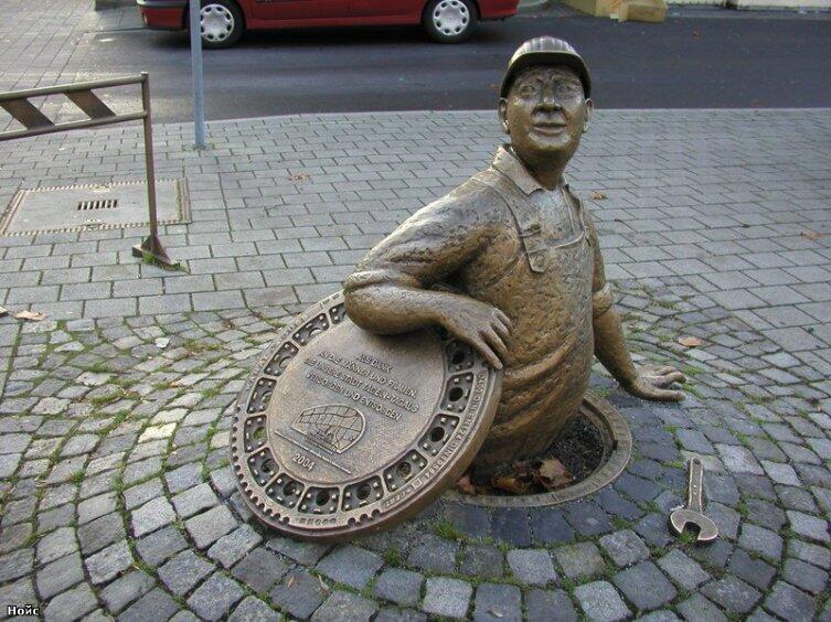 Памятник сантехнику в Германии