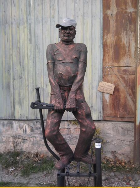 Памятник сантехнику в Ялте