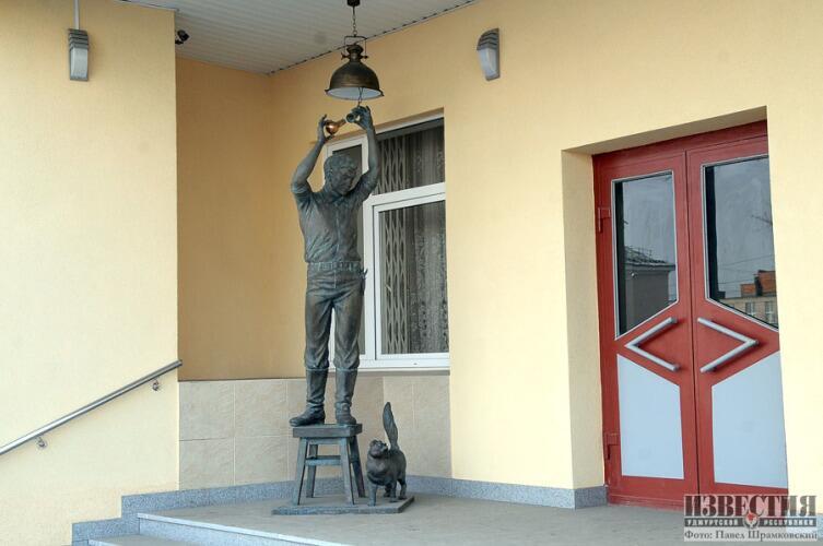 Памятник электрику в Удмуртии