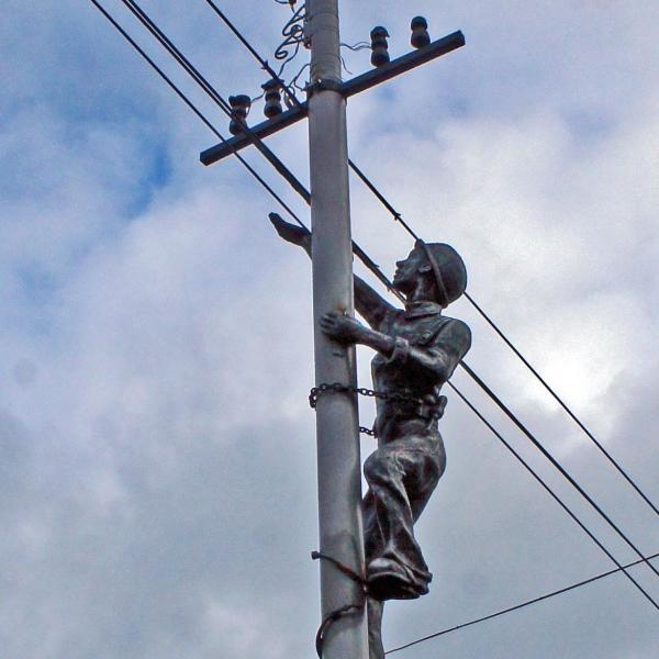 Памятник электромонтеру в Ижевске