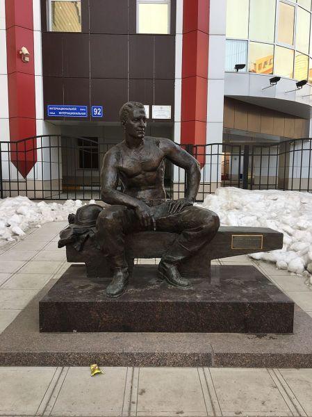 Памятник электромонтёру в Сыктывкаре
