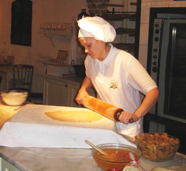 Сначала тесто раскатывают на куске ткани