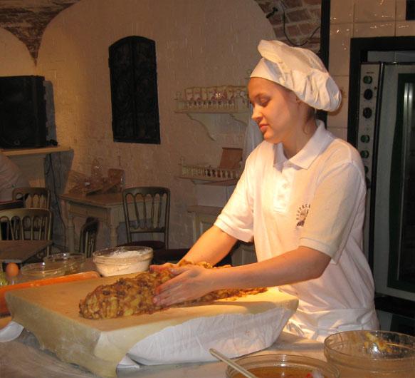Начинку выкладывают на тесто толстой «колбасой»