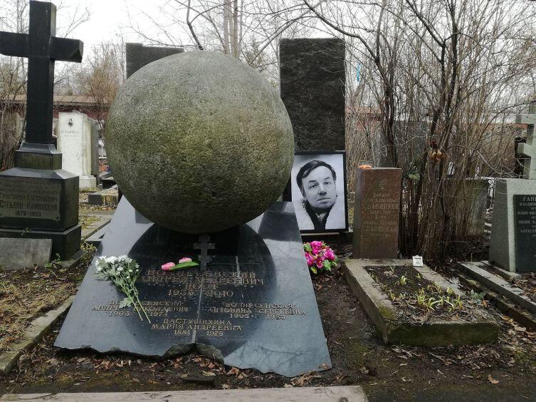 Могила А. А. Вознесенского на Новодевичьем кладбище Москвы