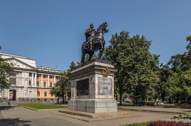 Памятник Петру Великому возле Михайловского замка в Санкт-Петербурге