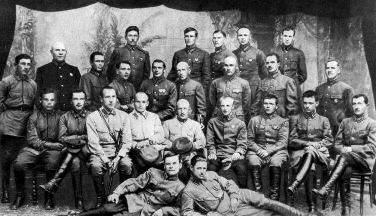 Слушатели ККУКС 1924—1925. К. К. Рокоссовский (стоит 5-й слева). Крайний — Г. К. Жуков
