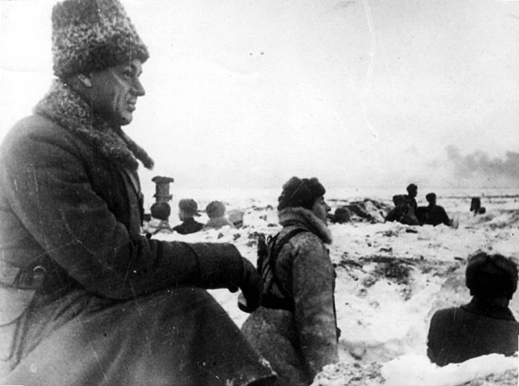 Командующий войсками Донского фронта К. К. Рокоссовский на боевой позиции в районе Сталинграда. 1942 год