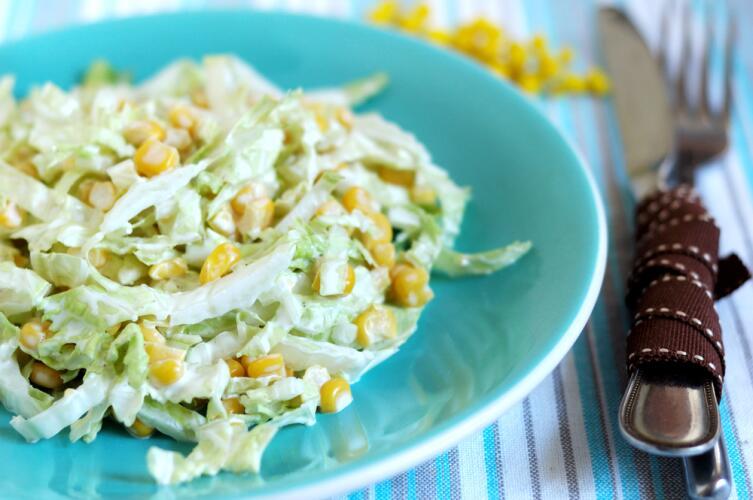 Салат из пекинской капусты с кукурузой очень хорош