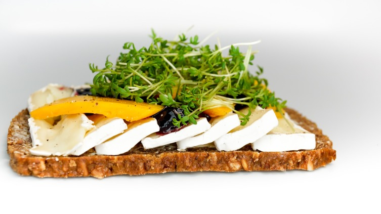 Благодаря пикантному вкусу кресс-салат хорошо дополняет бутерброды