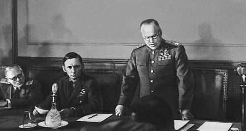 Жуков зачитывает акт о капитуляции в Карлсхорсте. Рядом с Жуковым — Артур Теддер