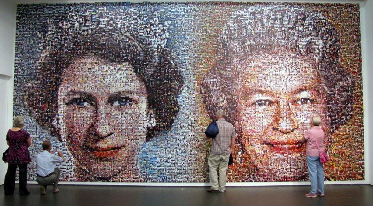 Мозаика, изображающая Елизавету II в год восшествия на престол (1952) и в год Бриллиантового юбилея (2012)