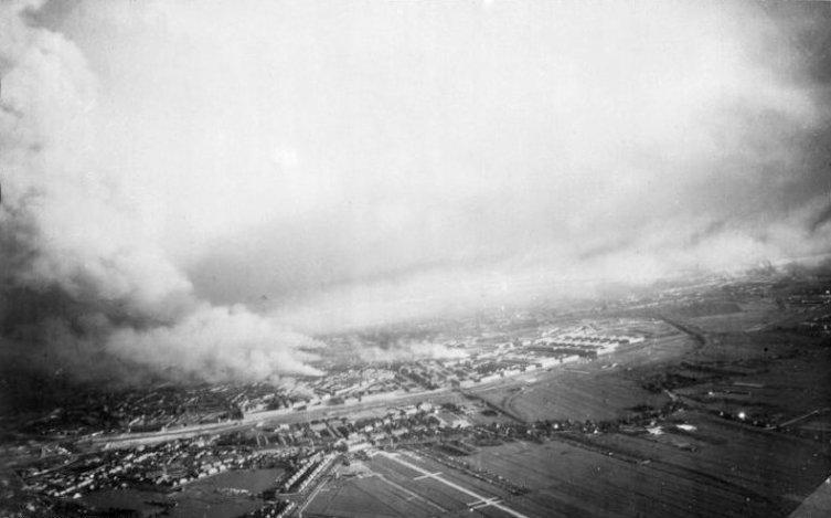 Горящий Роттердам после бомбардировки