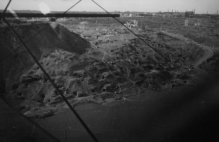 Вид с воздуха с борта самолета У-2 на берег Волги в Сталинграде после окончания боев, 1943 г.