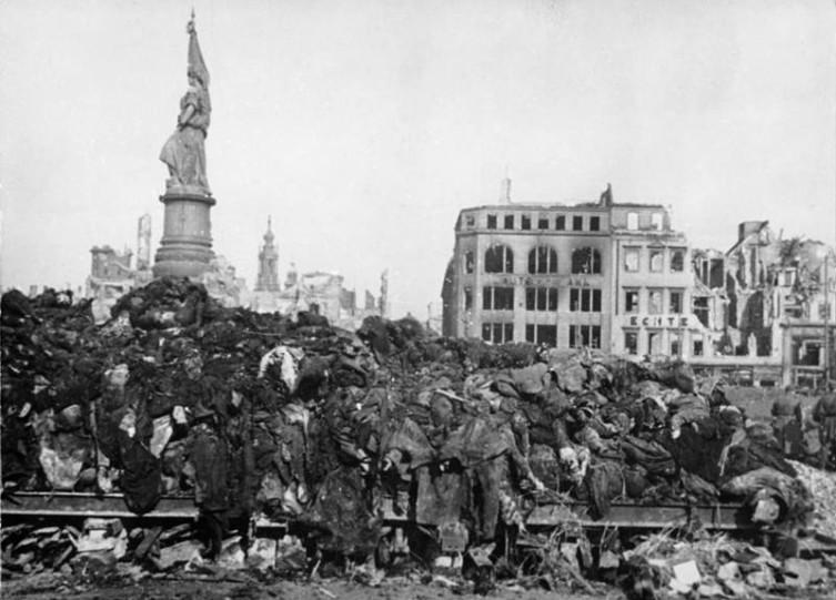 Обгоревшие трупы погибших жителей Дрездена. Февраль 1945 года