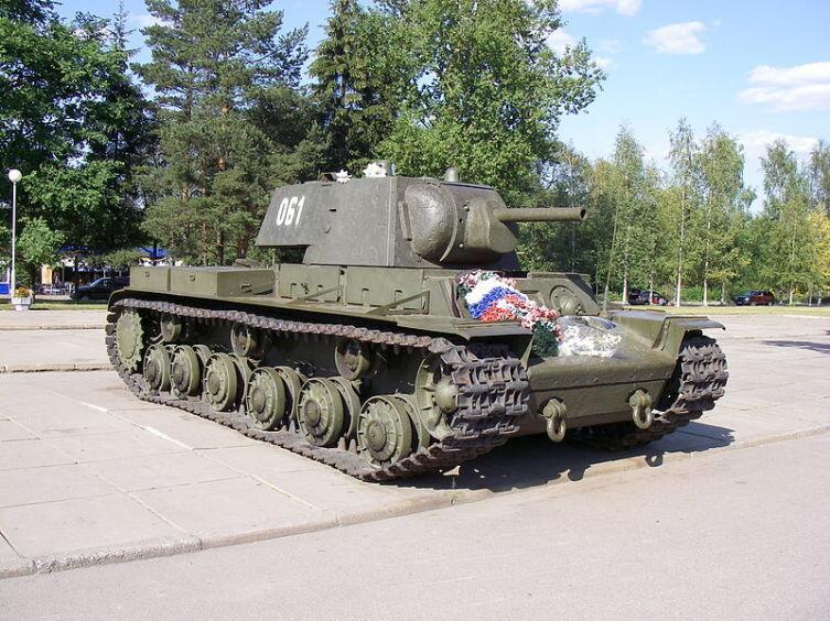 КВ-1, установленный у музея-диорамы «Прорыв блокады Ленинграда» возле Кировска
