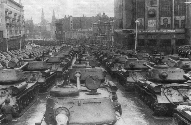 Танки ИС-2 в Москве на улице Горького (сейчас — Тверская) перед вступлением на Красную Площадь во время парада в честь Победы 24 июня 1945 года