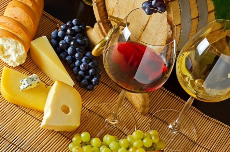 Вино и сыр с хрустящей булкой