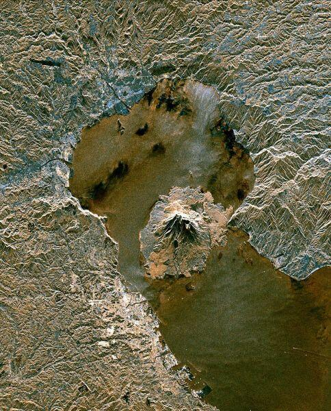 Космический снимок залива Кагосима. В центре виден вулкан Сакурадзима