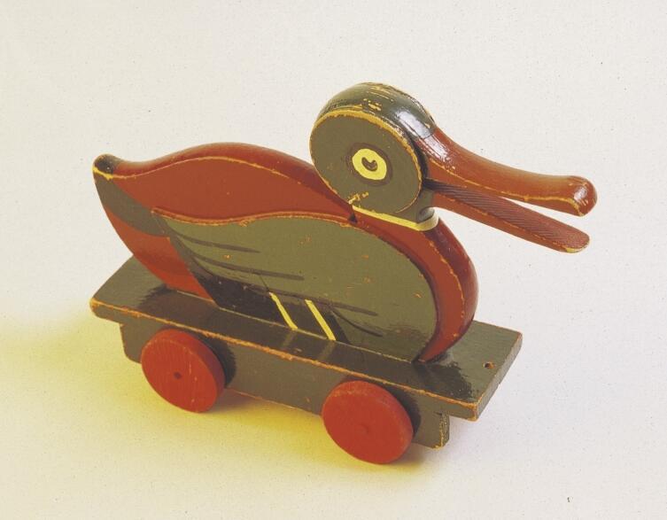 Легендарная деревянная утка на колесиках— одна из первых игрушек от компании LEGO