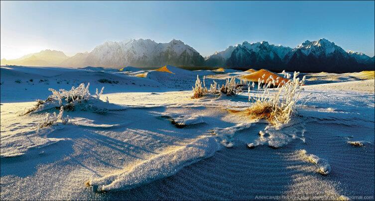 Изморозь на барханах Чарской пустыни