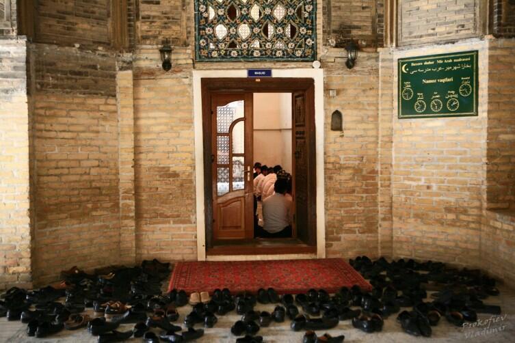 Занятия студентов в единственном действующем медресе Мири-Араб