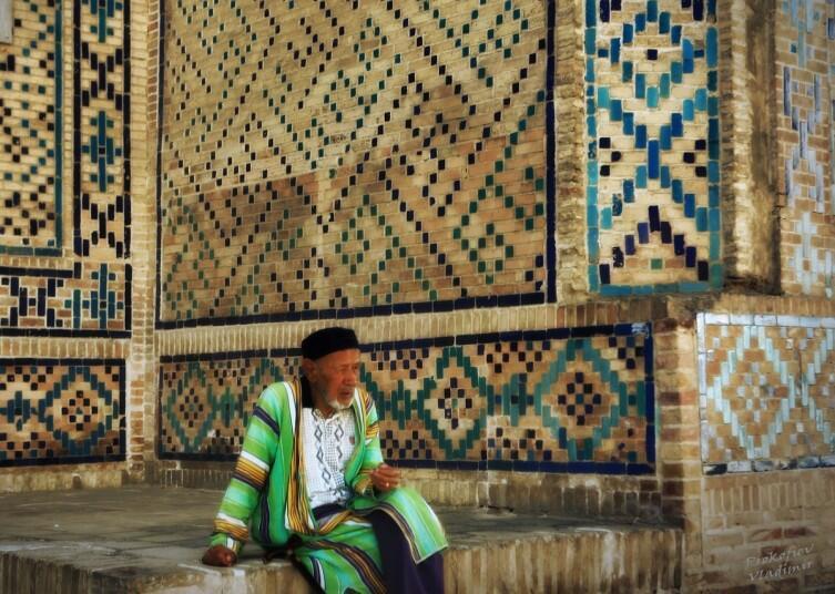 Мулла у входа в медресе Модари-хан, выстроенного Абдулла-ханомII в середине XVII века.