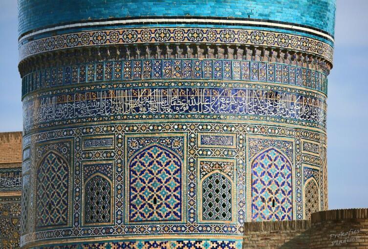 В русских церквях расписывали стены картинками на библейские сюжеты, а в исламе туже роль выполняют изразцовые надписи на стенах