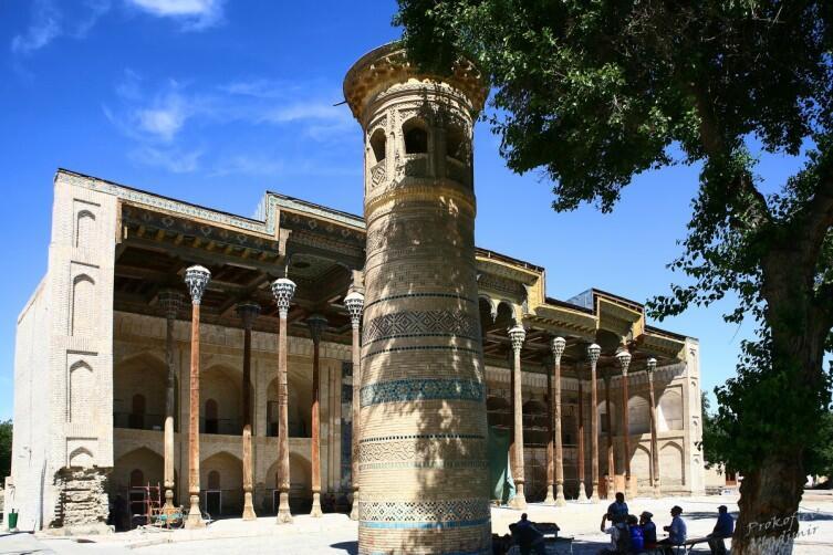 Мечеть Боло-Хауз была построена по приказу эмира Шахмурада в самом конце XVIII века
