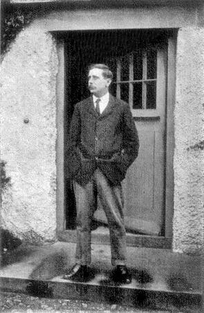 Уэллс в 1907 году возле двери своего дома в Сэндгейте