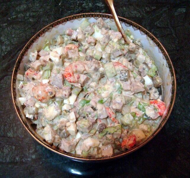 Майонез для классического салата оливье должен быть приготовлен на французском уксусе из 2 яиц и 1 фунта прованского (оливкового) масла