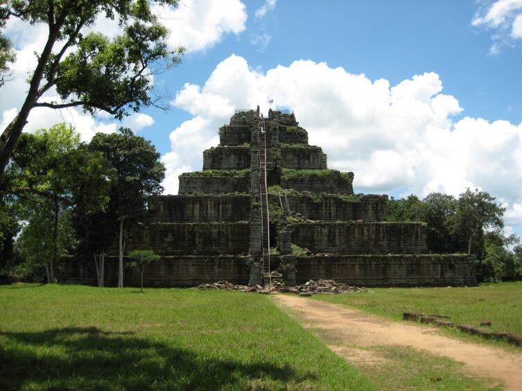 Храм-гора Прасат Пранг комплекса Кох Кер