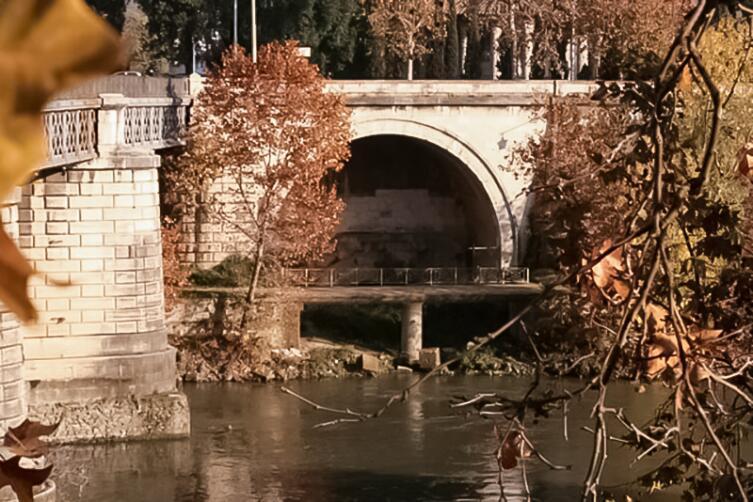 Выходное отверстие Большой Клоаки (Cloaca Maxima) — первой канализации Рима