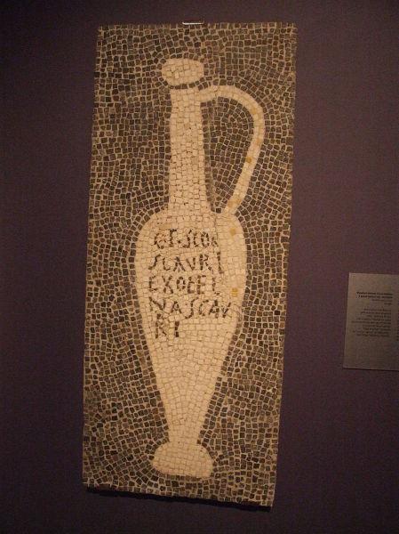 Мозаика, изображающая сосуд с лучшим из четырёх сортов гарума — G(ari) F(los) SCAM(bri) SCAURI (Помпеи, вилла крупного торговца гарумом)