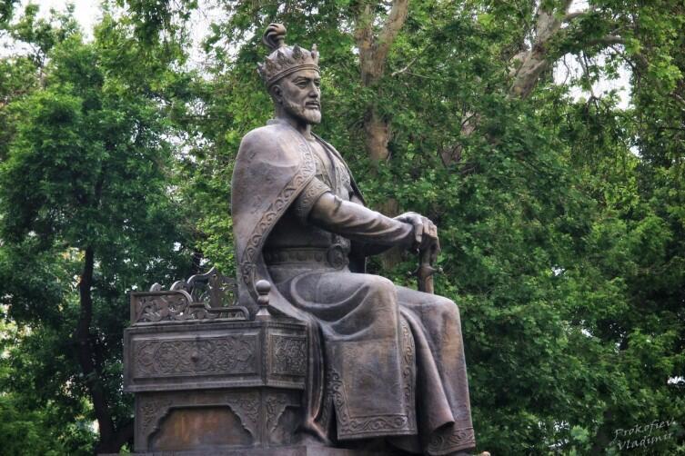 Памятник Тамерлану неподалёку от комплекса Гур-Эмир