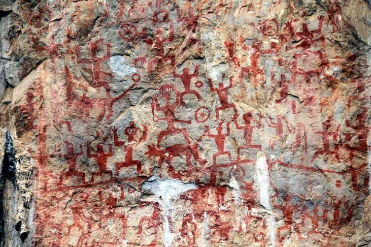 Наскальная живопись с изображением собак, найдена в горах Хуа, в Китае